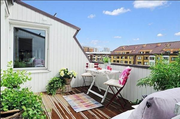 Balkon dengan taman dan area santai